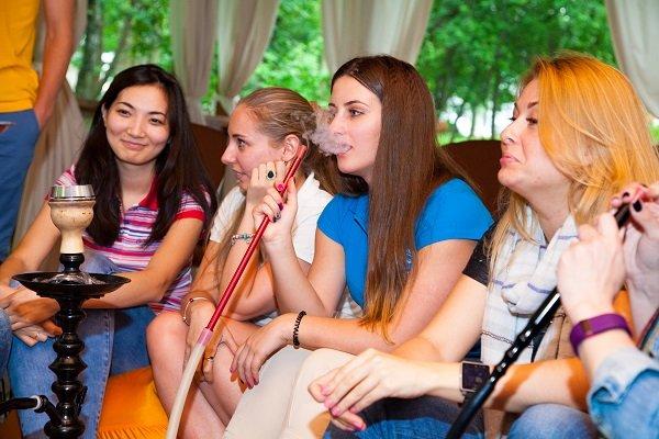 Девушки наслаждаются нашими кальянами